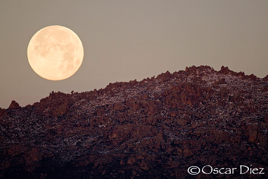 The moon over the mountains of Porrones
